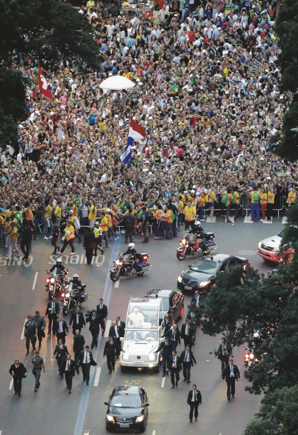Popemobile_and_crowd