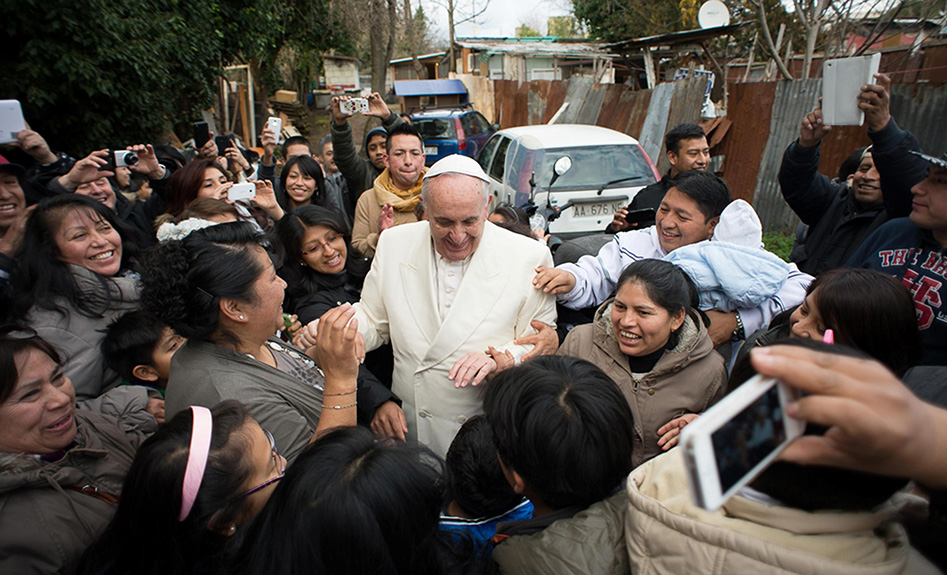 Small crowds greet pope on first visit to Chile