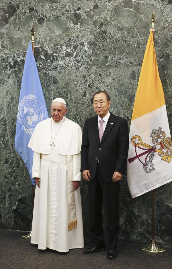 the Holy Father poses for a photo with U.N. Secretary-General Ban Ki-moon. Photo © Catholic News Service/ Grzegorz Galazka, pool