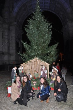 girls-at-tree