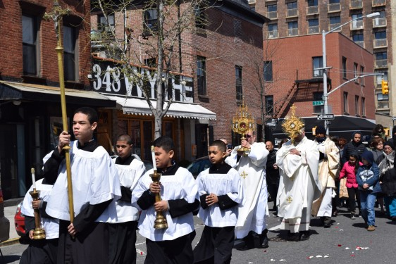 procession with Blessed Sacrament and relic_-DSC_0703