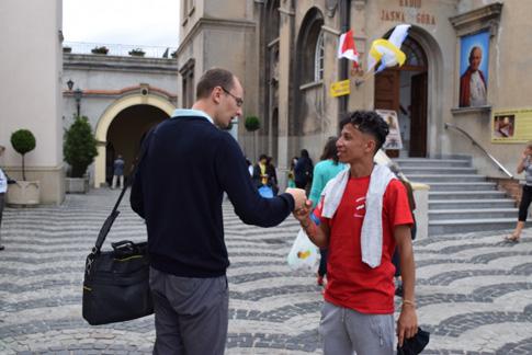 _czestochowa-presentation-bvm-pilgrim-Eduardo-Palma-with-tour-guide-DSC_0430