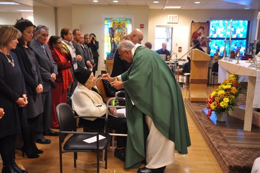 bishop-distrib-communion