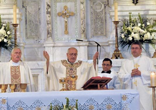 bishop-leads-prayers_cmyk
