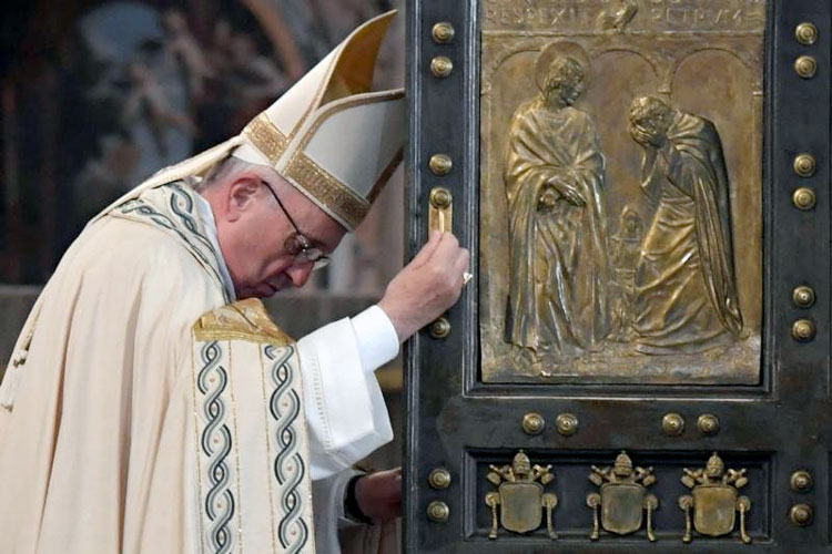 Pope Francis closes the Holy Door of St. Peter's Basilica to mark the closing of the jubilee Year of Mercy at the Vatican Nov. 20. (Photo: Catholic News Service/Tiziana Fabi, pool via Reuters)